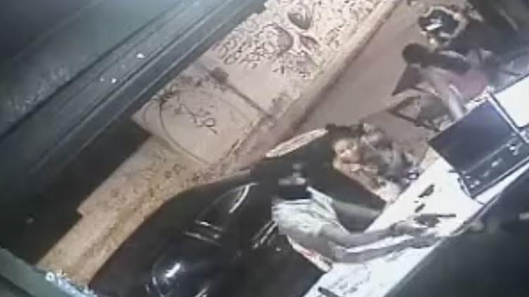 VIDEO: Momento exacto en que un sicario dispara al dueño de un bar en Brasil