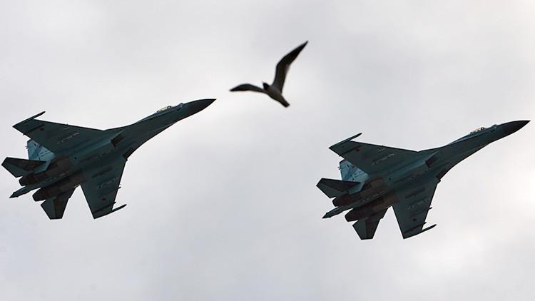 Cazas rusos 'derriban' aviones de combate 'enemigos' sobre el mar Báltico