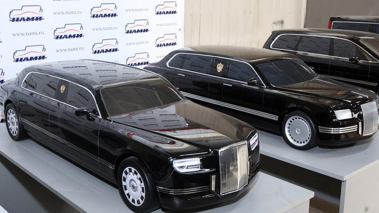 Vladímir Putin inspecciona el prototipo de la nueva limusina presidencial