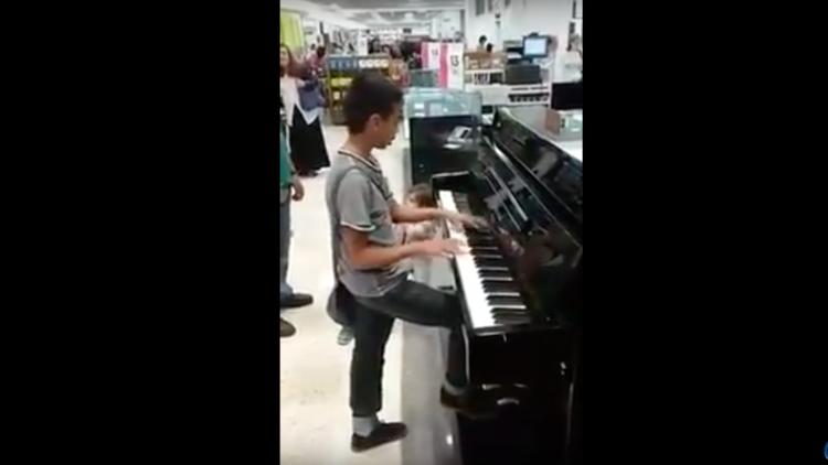 México: Un 'niño prodigio' se destapa tocando virtuosamente el piano en una tienda (VIDEO)