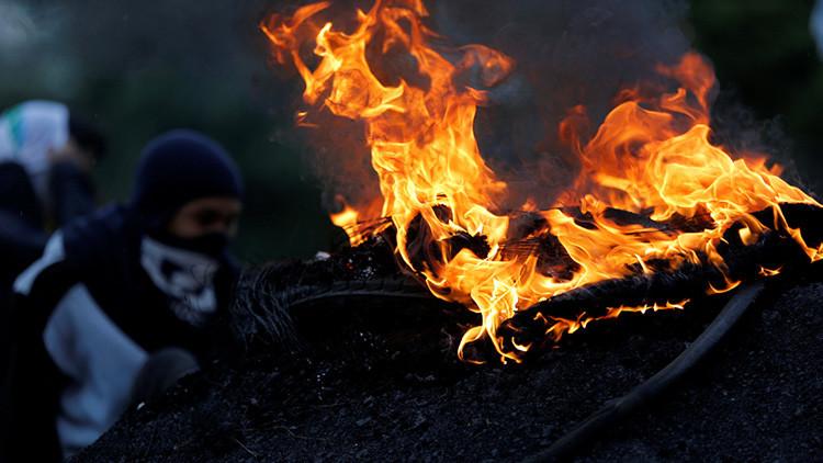 FUERTE VIDEO: Opositores en Venezuela queman a dos personas por esquivar una barricada
