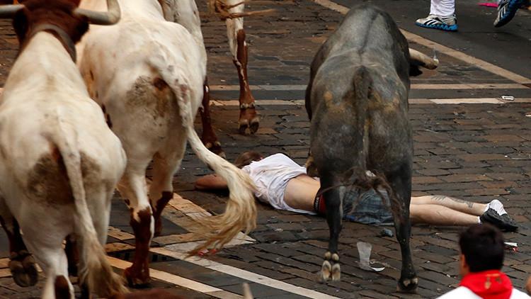 VIDEO FUERTE: Toros hieren y pisotean a un participante de los Sanfermines en España
