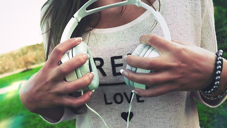 Revelan qué le ocurre al cerebro cuando escuchamos música