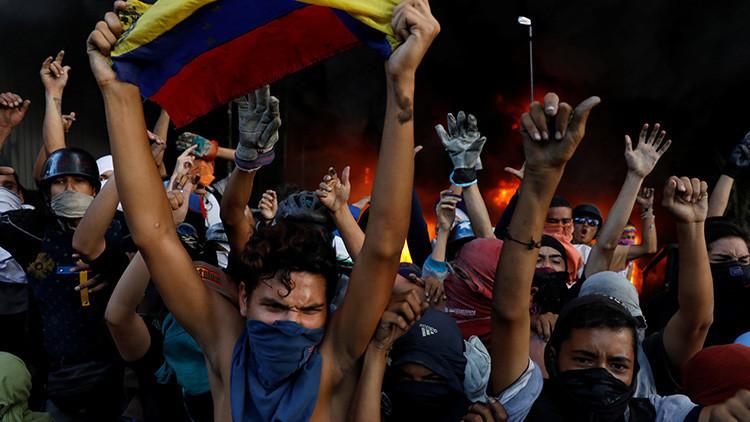 FOTOS: Desnudan y atan a hombre a un poste para lincharlo en Venezuela