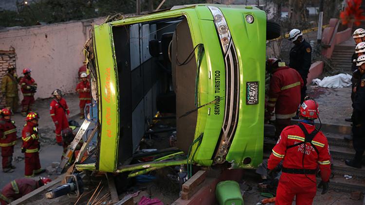 FUERTES IMÁGENES: Roban a víctimas de un accidente mortal de autobús en Perú