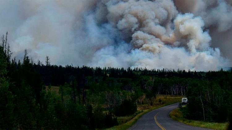 Video: Por poco quedan atrapados en un incendio forestal de Canadá