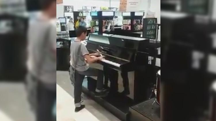 México, pendiente del niño que dejó a todos boquiabiertos al tocar el piano en una tienda