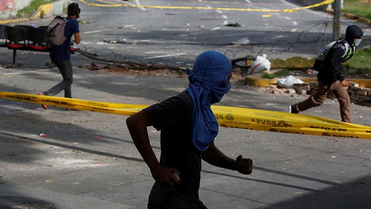"""Testimonio de un menor venezolano encapuchado: """"Me inicié en las guarimbas bajo amenaza"""""""