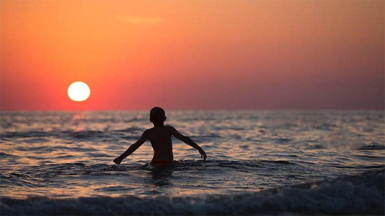 VIDEO: 80 desconocidos forman una cadena humana para salvar a una familia de morir ahogada