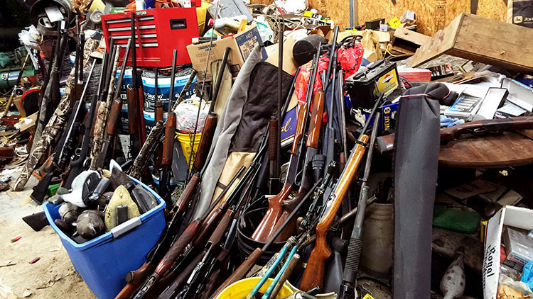 Un mexicano renta su casa y sus inquilinos lo usan para montar un arsenal de armas
