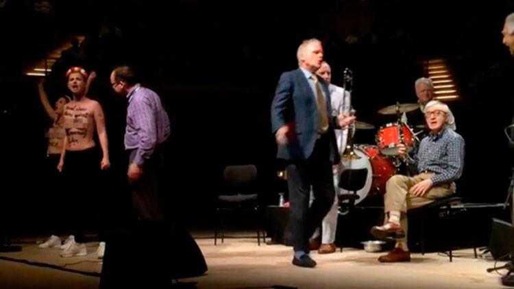 Nudistas irrumpen recital de Woody Allen y le llaman pedófilo