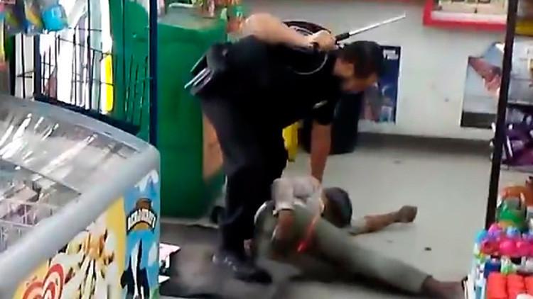 Un policía golpea con su porra de acero a una sintecho (FUERTES IMÁGENES)