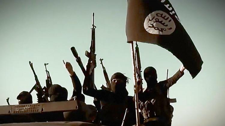 Un militar de EE.UU. sospechoso de apoyar al EI aparece en fotos besando la bandera yihadista