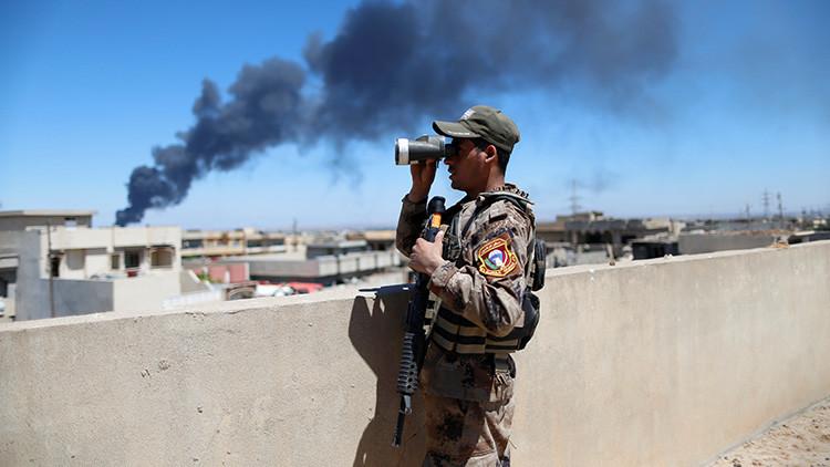 FUERTES IMÁGENES: Soldados iraquíes tiran por un precipicio a terroristas del EI y los acribillan
