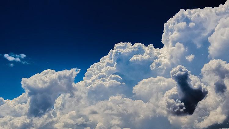 FOTO: Un inexplicable gran círculo de humo negro aparece en el cielo de Reino Unido