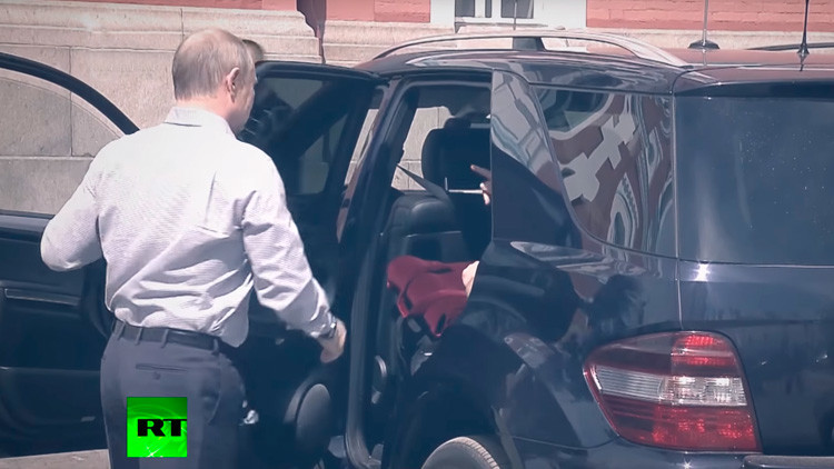 Revelado el misterio del bolso rojo en el coche de Putin (video)