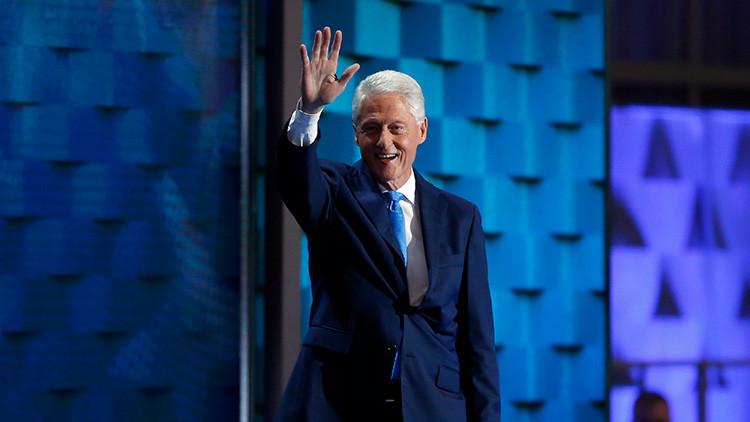 'Entre dos Bush': Una foto viral de Bill Clinton desata una ola de bromas y comentarios