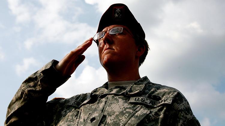 FOTO: Un soldado estadounidense rinde homenaje a una procesión fúnebre bajo un aguacero