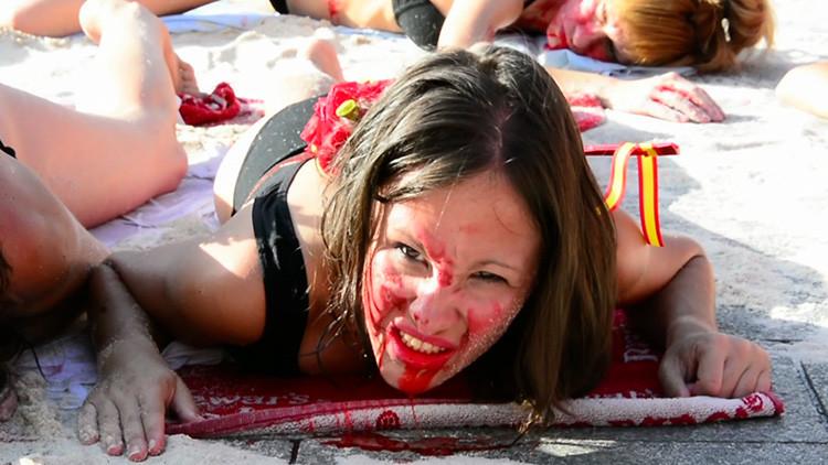 VIDEO: Activistas 'ensangrentados' y semidesnudos protestan en Madrid contra las fiestas taurinas