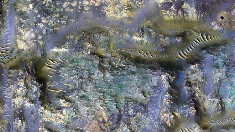 Una nueva imagen revela impresionantes 'gusanos' en uncráter de Marte