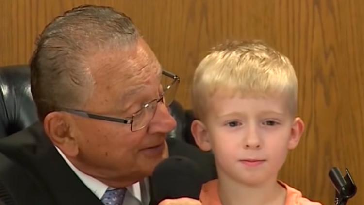 VIDEO: Un niño participa del veredicto contra su padre en un juicio (y no le ayudó mucho)