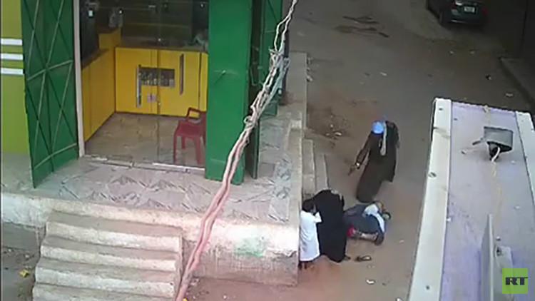 FUERTES IMÁGENES: Un egipcio mata de 12 disparos a su hijo cuando protegía a su madre