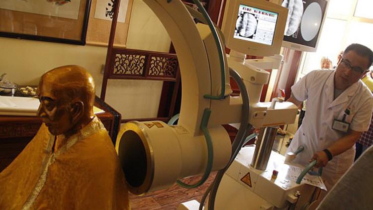 Sorprendente: momia milenaria bañada en oro tiene los órganos en excelente condición (VIDEO)