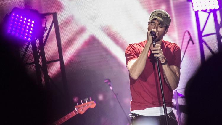 Abuchean a Enrique Iglesias por hacer playback