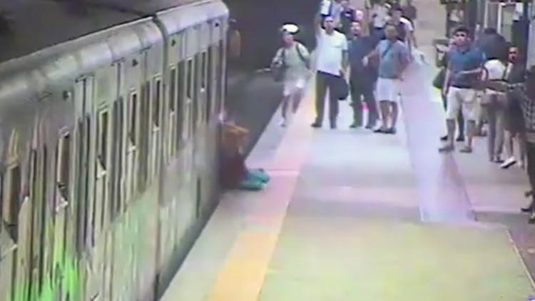 Una mujer es arrastrada por todo el andén del metro mientras el conductor comía (Video)
