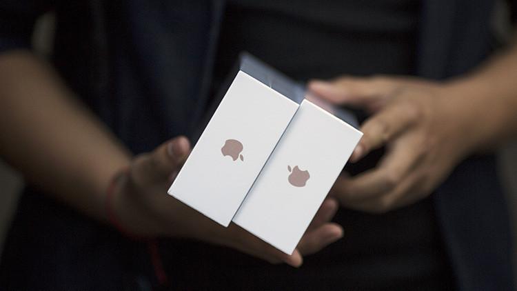 FOTO: Detienen a una contrabandista china que llevaba más de 100 iPhones bajo su ropa