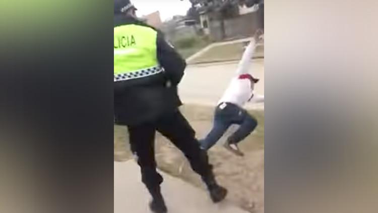 Video: Provoca a un policía y termina en el suelo de un terrible puñetazo