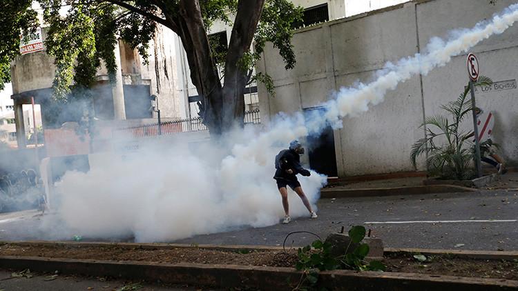 FUERTES IMÁGENES: Queman a dos hombres señalados de chavistas en una protesta opositora en Venezuela