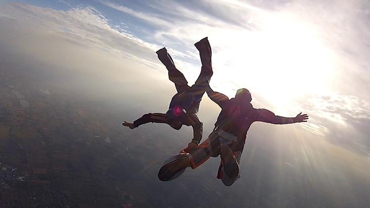 Un paracaidista se despide de su esposa por video antes de saltar a una muerte segura
