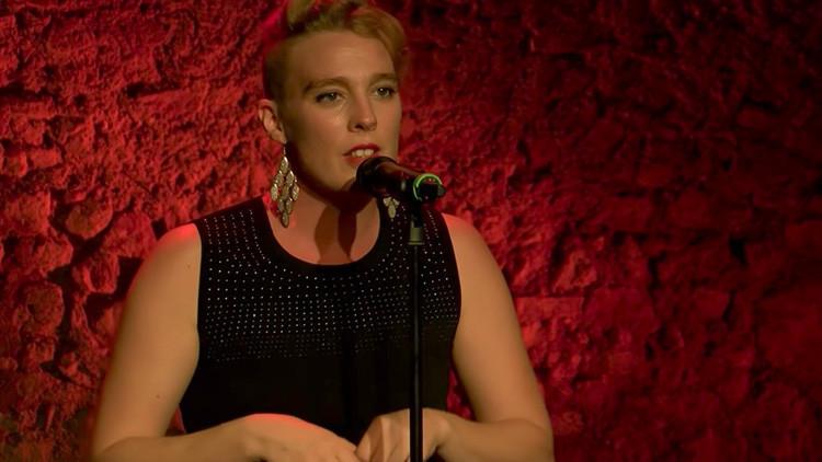 Una joven cantante francesa muere súbitamente en la escena durante un concierto
