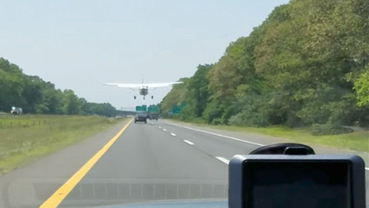 VIDEO: Un avión aterriza de emergencia en medio de una carretera