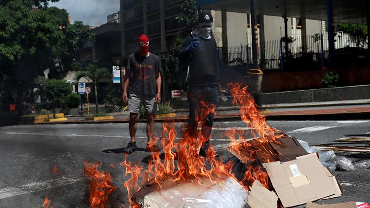"""""""O cierras o te cierro"""": opositores venezolanos siembran el terror entre los comerciantes"""