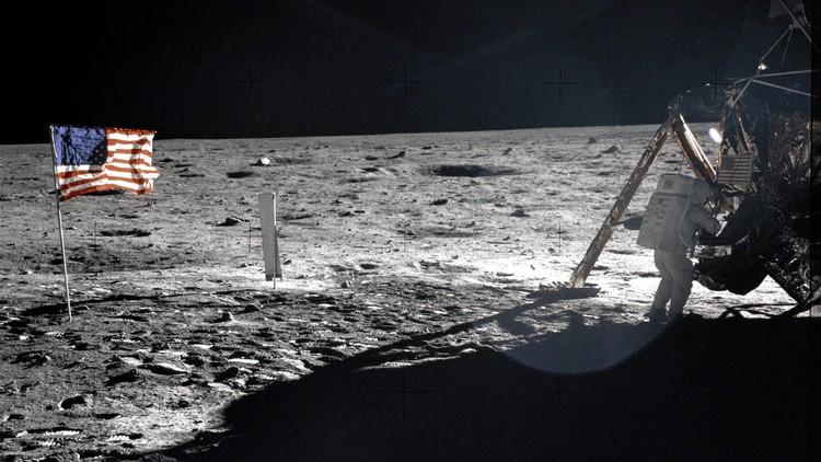 Subastan una bolsa usada por Neil Armstrong con restos de polvo lunar