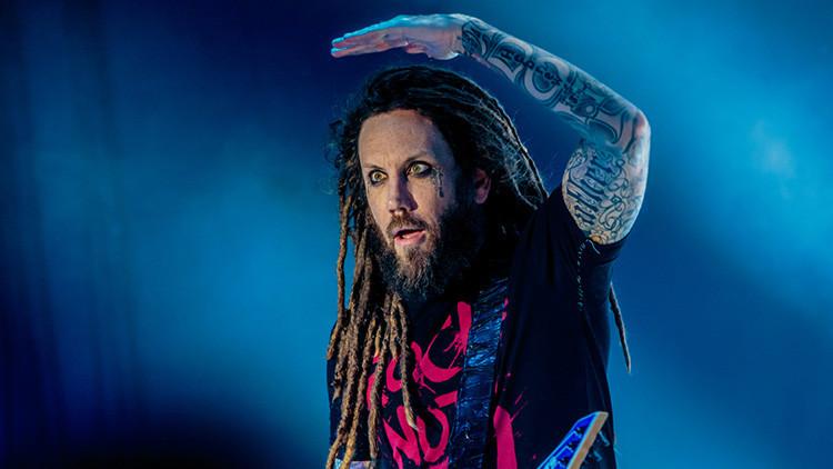 """Críticas al guitarrista de Korn por tachar de """"acto cobarde"""" el suicidio de Chester Bennington"""