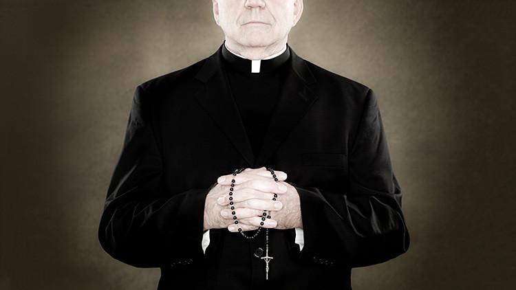 """Investigarán a un sacerdote """"travieso"""" que dice llevar siempre un condón """"por si acaso"""" (VIDEO)"""
