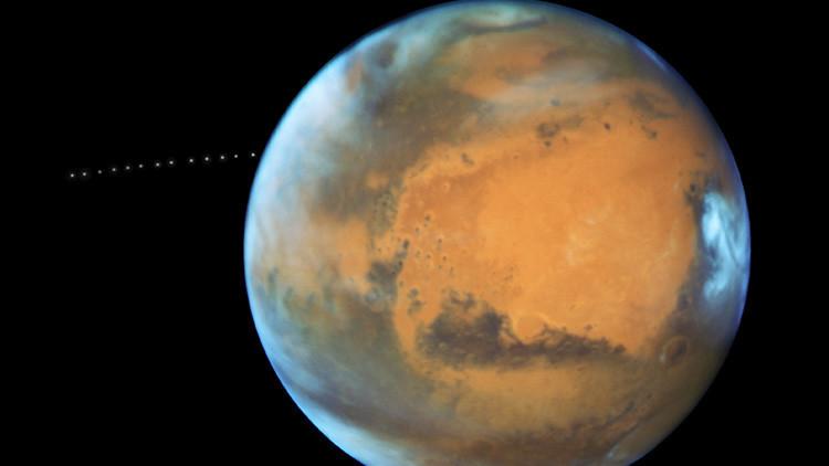'¡Sorpresa!': La NASA capta sin querer a la diminuta Fobos orbitando Marte (VIDEO)