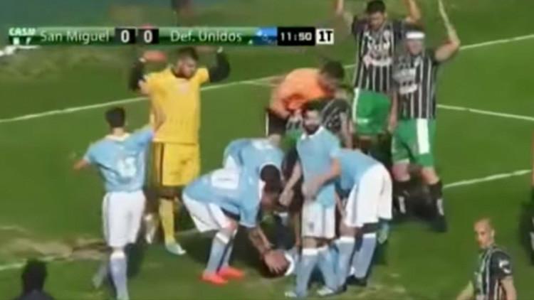 Héroe sin capa: Un árbitro le salva la vida a un jugador durante un partido en Argentina (VIDEO)
