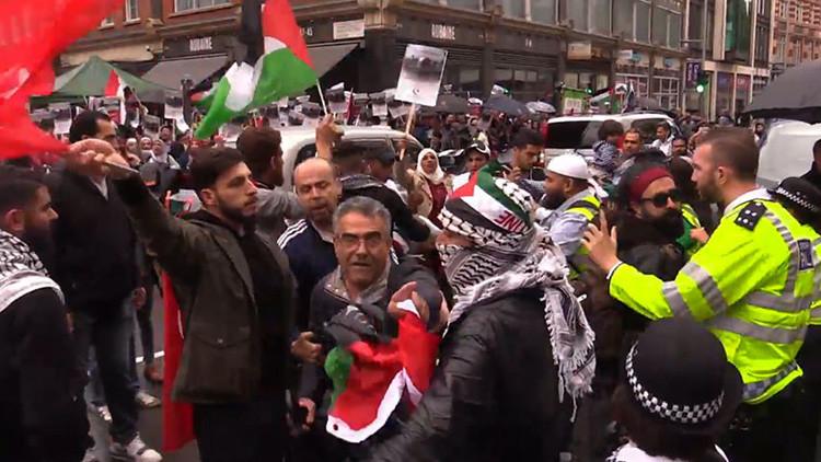Manifestantes proisraelíes y propalestinos protestan ante la Embajada israelí en Londres (VIDEO)