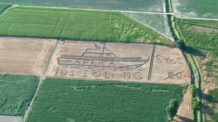 """""""Stop, EU"""": un gigante mensaje antiinmigrante aparece en un campo italiano (VIDEO)"""