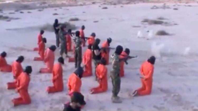 FUERTES IMÁGENES: Visten de naranja a 18 yihadistas del Estado Islámico y los ejecutan brutalmente