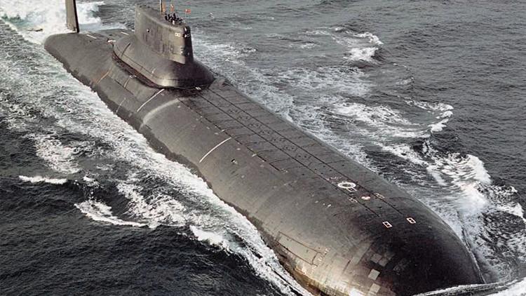 """VIDEO: El submarino atómico ruso más grande del mundo junto al que los veleros """"parecen de juguete"""""""