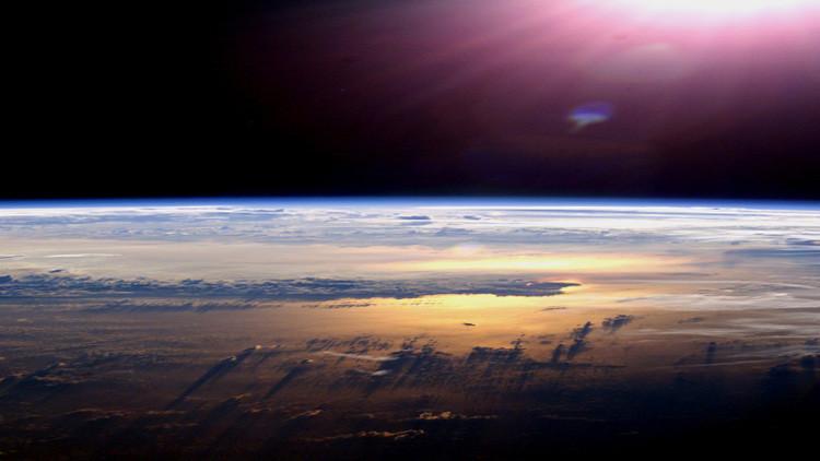 Un 'conspirólogo' explica por qué cree que la Tierra es plana y hay un muro de hielo en la Antártida