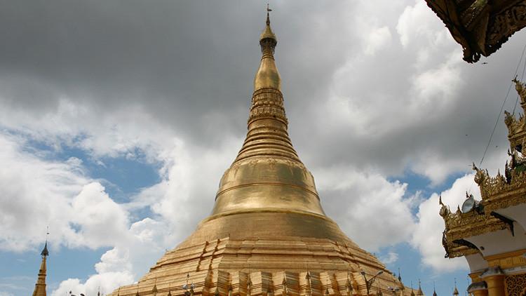 Video: Un templo budista desaparece 'tragado' por un río desbordado