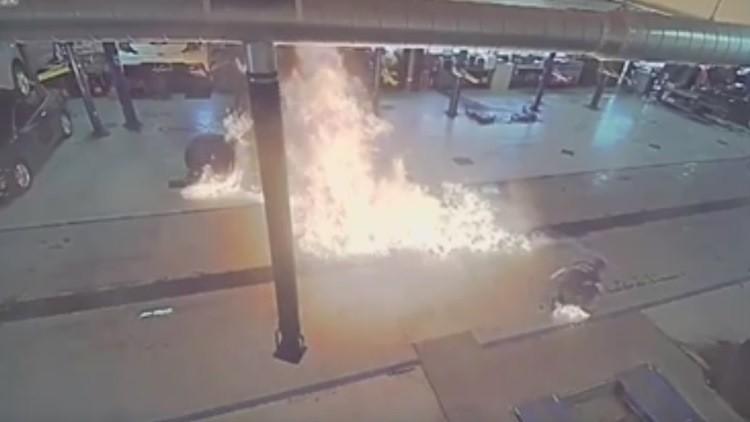 Desata un gran incendio en un concesionario cuando lo limpiaba