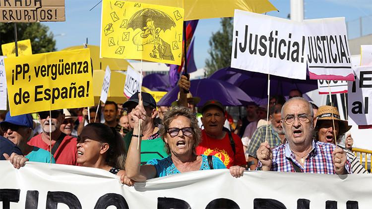 'Nos mean y dicen que llueve': la protesta con paraguas contra Rajoy