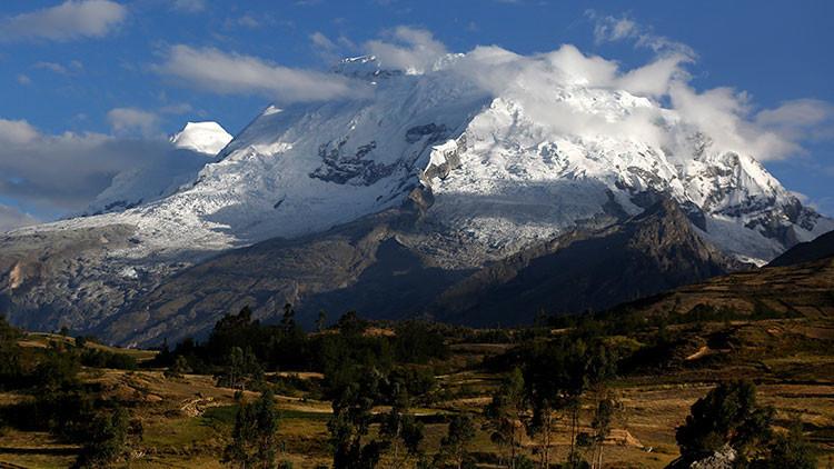 VIDEO: Un ruso realiza el primer salto base al vacío desde la cima más alta de Perú
